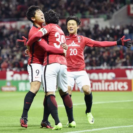 浦和―FCソウル 前半、先制ゴールを決め、興梠(中央)、李(右)に祝福される浦和・武藤=埼玉スタジアム