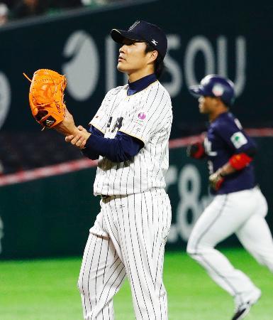 3回、台湾プロ野球選抜・王柏融(右)に逆転2ランを浴びた則本=ヤフオクドーム