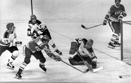 旧ソ連代表として金メダルを獲得した1976年インスブルック冬季五輪、西ドイツ戦でのウラジーミル・ペトロフ氏(左手前)=1976年2月、インスブルック(AP=共同)