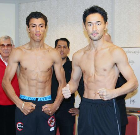 WBCバンタム級タイトルマッチの前日計量を終え、写真撮影に応じる山中慎介(右)とカルロス・カールソン=東京都内