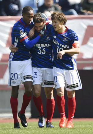 前半、先制ゴールを決めたバブンスキー(中央)を祝福する横浜M・斎藤(右)=日産スタジアム