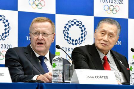 記者会見するIOCのコーツ調整委員長(左)と2020年東京五輪・パラリンピック組織委の森喜朗会長=2日午後、東京都港区