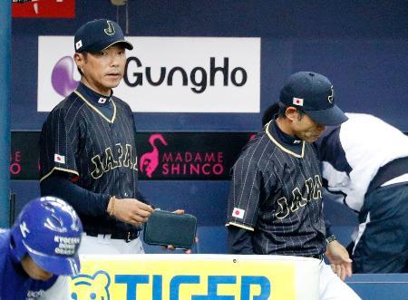 阪神に敗れ、さえない表情で引き揚げる小久保監督(左)ら=京セラドーム
