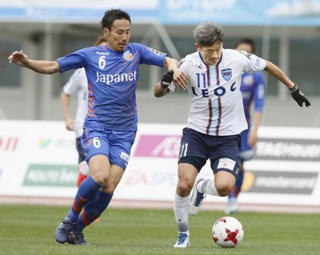 長崎―横浜FC 前半、長崎・前田(左)と競り合う横浜FC・三浦=トラスタ