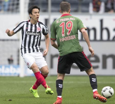 フライブルク戦に先発したEフランクフルトの長谷部(左)。ドイツ1部通算235試合出場となり、日本選手最多記録を更新した=フランクフルト(共同)
