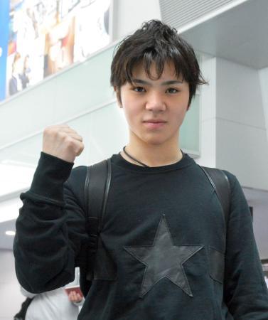 フィギュアスケートのプランタン杯への出発前にポーズをとる宇野昌磨=7日、中部空港