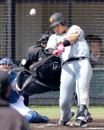 2回、左越えに本塁打を放つ巨人・岡本=小牧