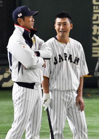 練習の合間に青木(右)と言葉を交わす小久保監督=東京ドーム