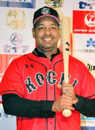 四国IL高知への入団記者会見で、ユニホーム姿で笑顔を見せるマニー・ラミレス外野手=高知市