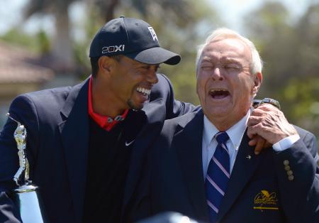 優勝した2013年大会で、大会ホストの故アーノルド・パーマー氏(右)と笑みを交わすタイガー・ウッズ=オーランド(AP=共同)
