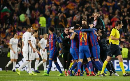 第2戦の大勝で奇跡の大逆転を果たしたバルセロナの選手たち(右)と、まさかの敗退となったパリ・サンジェルマンの選手たち=8日、バルセロナ(AP=共同)
