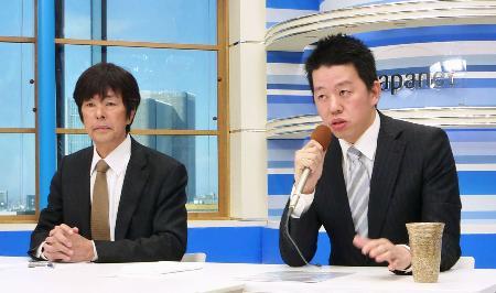 記者会見するジャパネットホールディングスの高田旭人社長。左は創業者の高田明氏=10日、東京都港区
