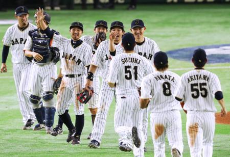 中国を破って1次リーグ3連勝を飾り、喜ぶ日本ナイン=東京ドーム