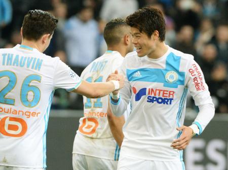 アンジェ戦の後半、チーム3点目を喜ぶマルセイユの酒井宏(右)=マルセイユ(共同)