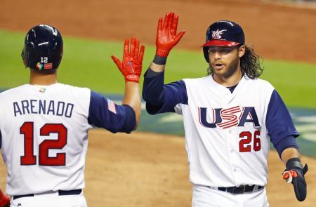 6回、アレナド(左)の振り逃げで同点の生還を果たしたクロフォード=マイアミ(MLB提供・ゲッティ=共同)