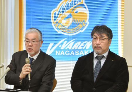 記者会見でジャパネットホールディングスの増資を受け入れると発表したV・ファーレン長崎の荒木健治会長(左)ら=11日午前、長崎市