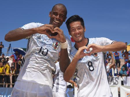 ビーチサッカーのアジア選手権3位決定戦を制し、喜ぶ茂怜羅オズ(左)と大場崇晃=11日、クアラトレンガヌ(ゲッティ=共同)