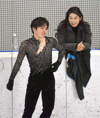 フリーに向け新しい衣装で調整する宇野昌磨。右は樋口美穂子コーチ=ルクセンブルク(共同)