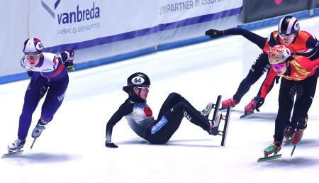 女子1500メートル準決勝で転倒する菊池純礼=11日、ロッテルダム(ロイター=共同)