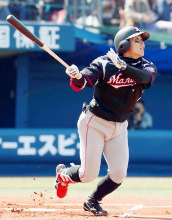 1回、ロッテ・鈴木が右越えに本塁打を放つ=横浜