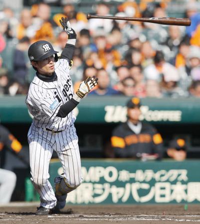6回、この試合3安打目となる右前打を放つ阪神・上本=甲子園