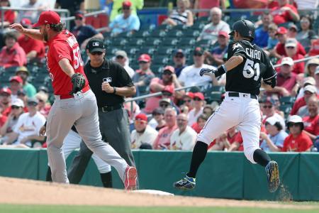 カージナルス戦の3回、内野安打で一塁へ走るマーリンズのイチロー。左は投手ウエインライト=ジュピター(共同)