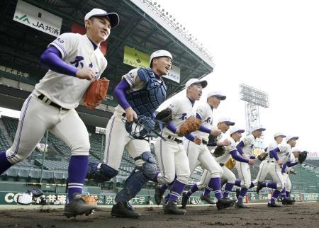選抜高校野球大会の甲子園練習が始まり、グラウンドへ駆けだす不来方ナイン
