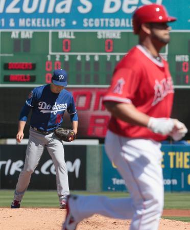 エンゼルス戦の2回、プホルス(手前)にソロ本塁打を浴びたドジャースの前田=テンピ(共同)