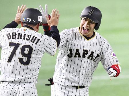 8回、2ランを放ち笑顔で本塁へ向かう山田=東京ドーム