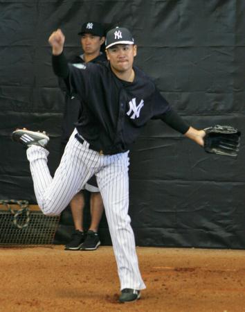 ブルペンで投球練習するヤンキースの田中=タンパ(共同)