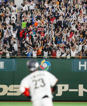 8回、山田(手前)の2ランに大喜びの観客=東京ドーム