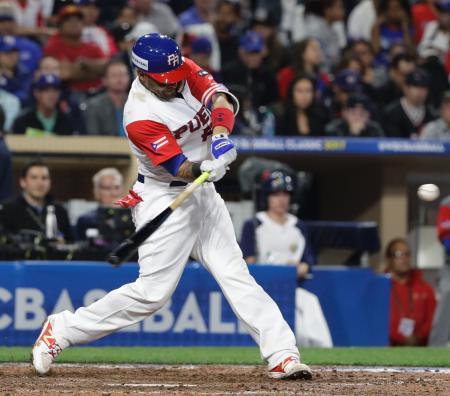 ドミニカ戦の6回、本塁打を放ったプエルトリコのモリーナ=サンディエゴ(AP=共同)