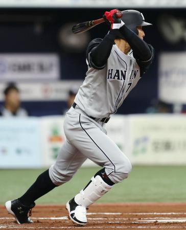 1回、中前打を放つ阪神・糸井=京セラドーム