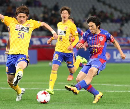 FC東京―仙台 後半、2点目のゴールを決めるFC東京・中島(右)=味スタ
