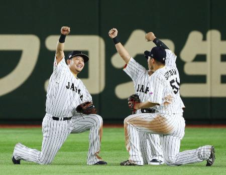 4大会連続で準決勝進出を決め喜ぶ筒香(左)ら=東京ドーム