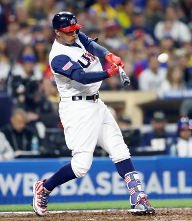 ベネズエラ戦の8回、同点本塁打を放つ米国のA・ジョーンズ=サンディエゴ(MLB提供・ゲッティ=共同)