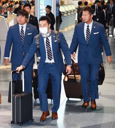 米国へ向け出発する(右から)中田、菊池、平田=16日午後、羽田空港