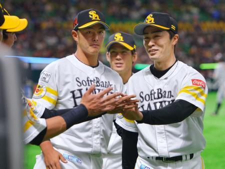 1回、巨人打線を三者凡退に仕留め、笑顔でベンチに戻るソフトバンク先発の和田(右)=ヤフオクドーム