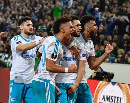 サッカーの欧州リーグ決勝トーナメント2回戦第2戦、ファンとともに喜ぶシャルケの選手たち=16日、メンヘングラッドバッハ
