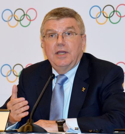 IOC理事会終了後に記者会見するバッハ会長=17日、韓国・平昌(共同)