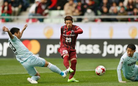 神戸―磐田 後半、決勝ゴールを決める神戸・大森(中央)。左は磐田・川辺、右は桜内=ノエスタ