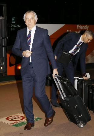 サッカーW杯アジア最終予選のUAE戦に向け、成田空港に到着した日本代表のハリルホジッチ監督=18日夜