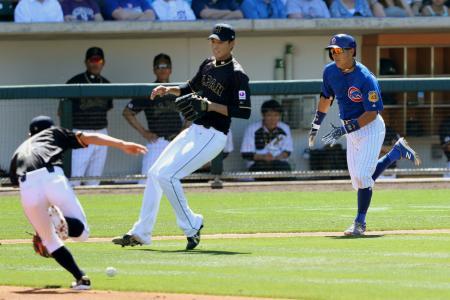 日本戦の1回、内野安打を放ち一塁へ駆け込むカブス・川崎(右)。中央は藤浪=メサ(共同)