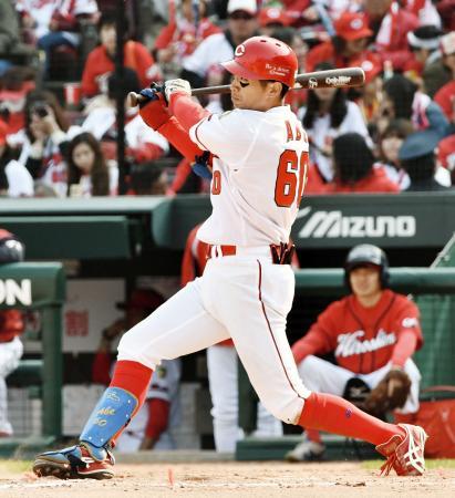 7回、右越えに本塁打を放つ広島・安部=マツダ