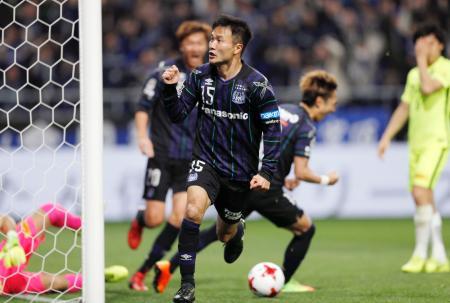 G大阪―浦和 後半、先制ゴールを決め駆けだすG大阪・今野=吹田スタ