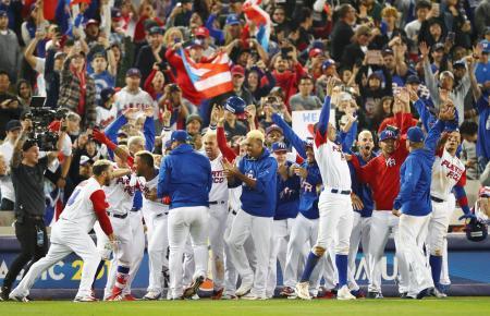 サヨナラ勝ちで決勝進出を決め、喜ぶプエルトリコの選手ら=ロサンゼルス(共同)