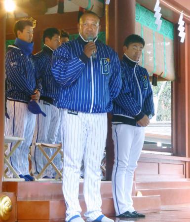 鶴岡八幡宮での必勝祈願を終え、ファンにあいさつするDeNAのラミレス監督=21日、神奈川県鎌倉市