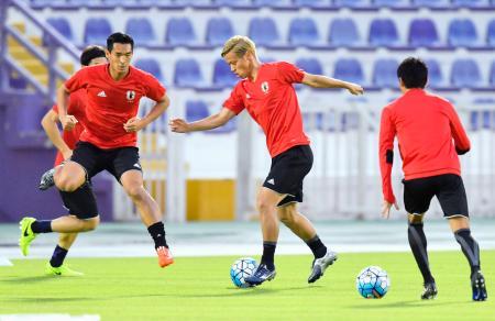 UAE戦に向け、練習で汗を流す本田(中央)、槙野(左手前)ら=アルアイン(共同)