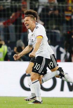 イングランドとの国際親善試合で得点し、喜ぶドイツのポドルスキ=ドルトムント(AP=共同)