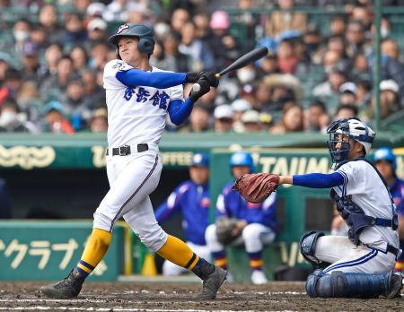 高田商―秀岳館 5回表秀岳館2死、幸地が左翼ポール際に満塁本塁打を放つ。捕手竹村=甲子園